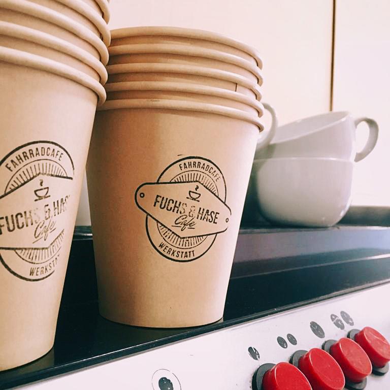 Logo – Stempel – Kaffeebecher –  Grafikdesign – Fuchs & Hase Fahrradcafe